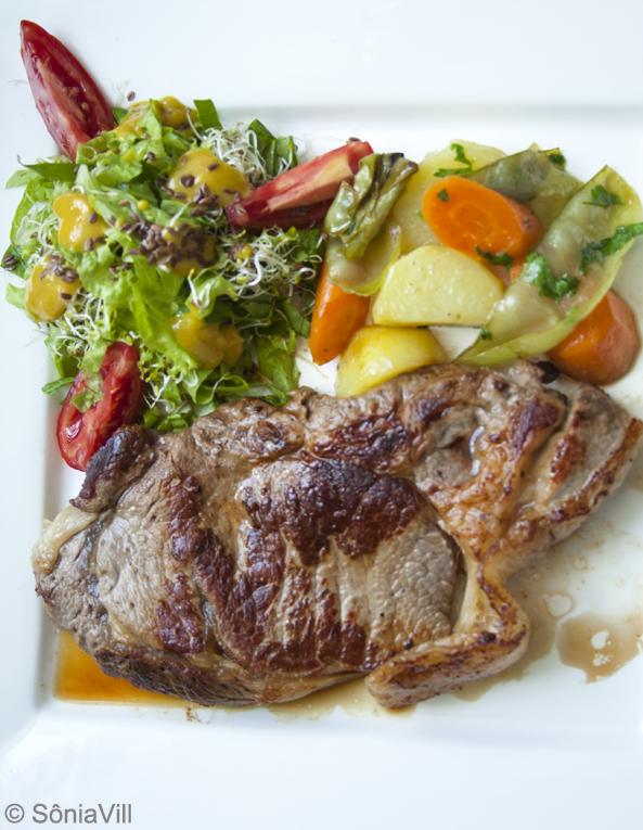 Entrecot, salada e legumes