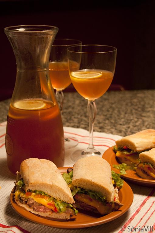 Sanduíche de ciabatta com filet e chá gelado