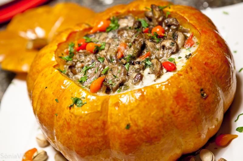 Moranga recheada com cogumelo, pistache e pimenta biquinho