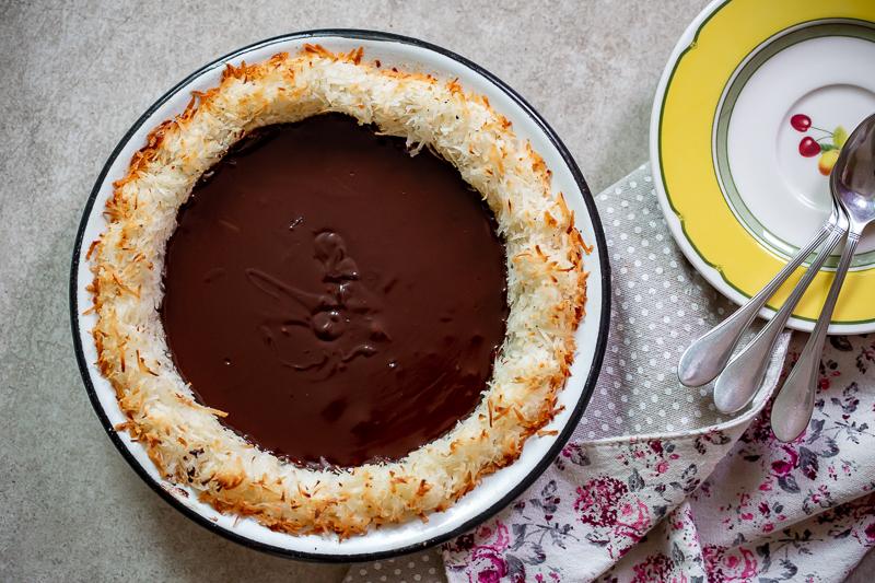 Torta de coco com recheio de chocolate