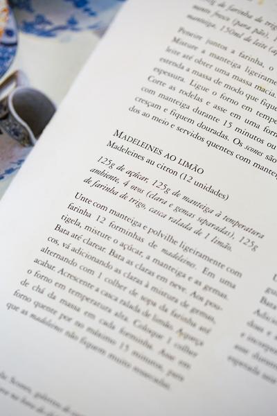 livro à mesa com Monet
