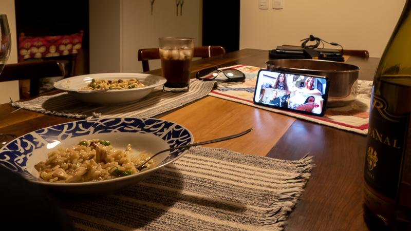 Cozinhar e jantar online é receita de convivência
